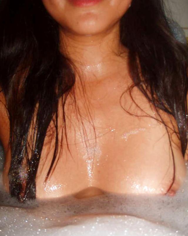 Сисястая аматорша наслаждается селфи с голыми титьками перед зеркалом