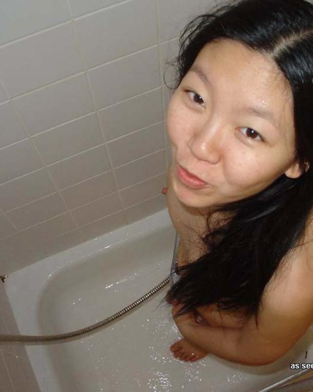 Миниатюрная китаянка сосала хуй в любительском порно фото