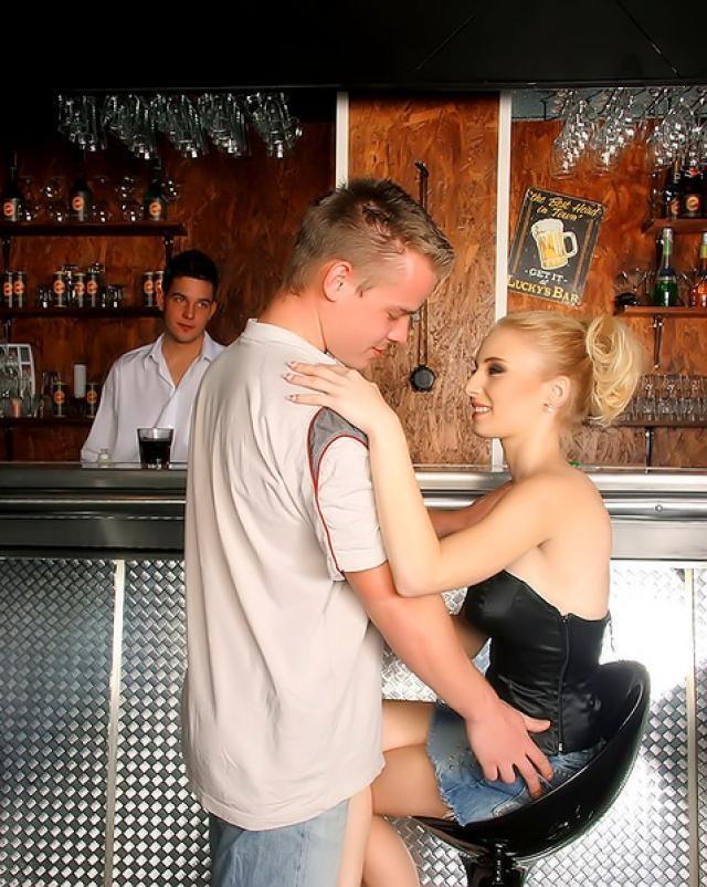Бурный секс раскрепощенной блондинка с парнями барменами