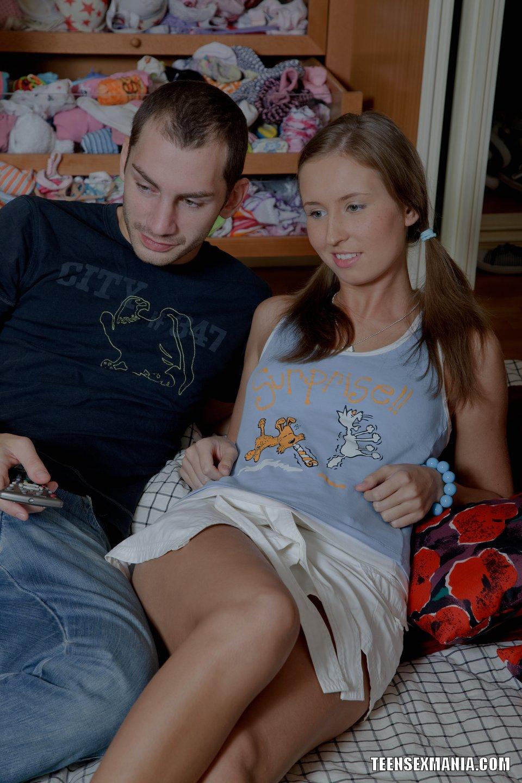 Парень лижет киску своей русской подружки перед сексом