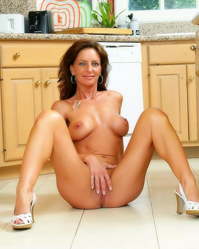 Горячая мамаша любит подразнить свою киску