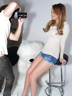 Молодой фотограф лизал пизду девушки перед поркой