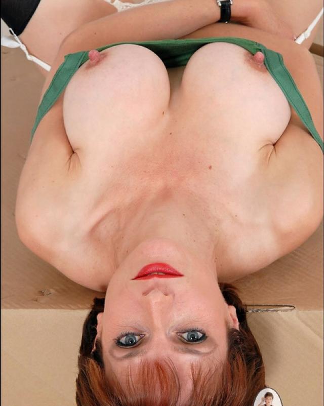 Мамочка на высоких каблуках показала вагину крупным планом