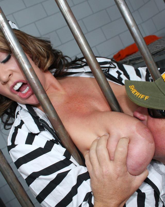 Зрелая преступница села на горячий член охранника тюрьмы