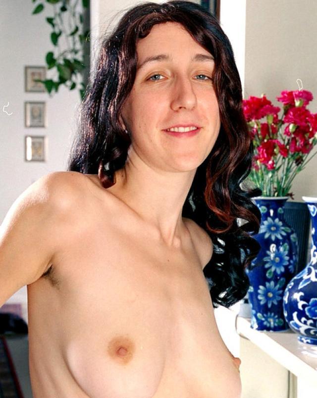 Баловливая мамочка с удовольствием светит волосатую пизду