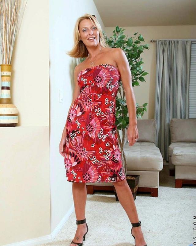 Мамочка в домашнем платье показывает киску в гостиной