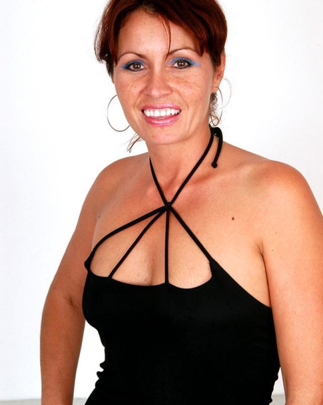 Мамочка в черном платье возбудилась от мышц садовника