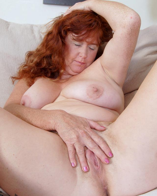 Толстая мамочка показывает волосатую пизду крупным планом