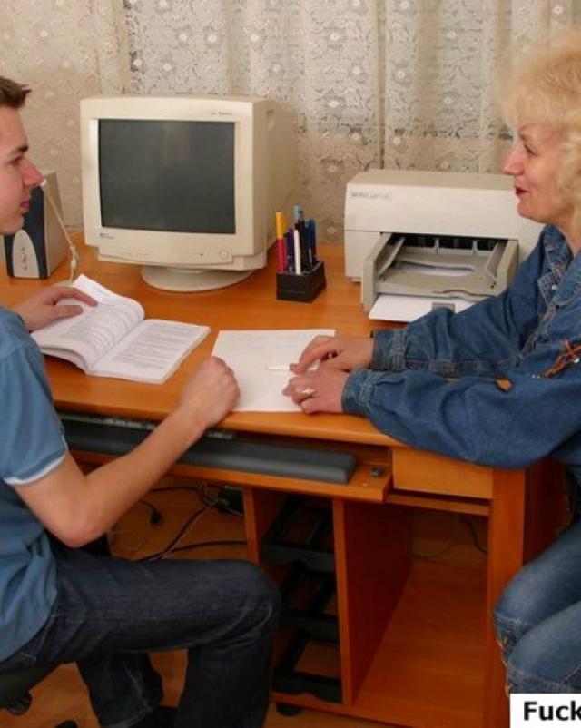 Русский парень долбит одинокую мамочку на кухне