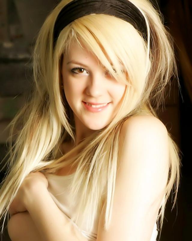 Стройная блондинка - студентка обожает возбуждать зрелых мужчин
