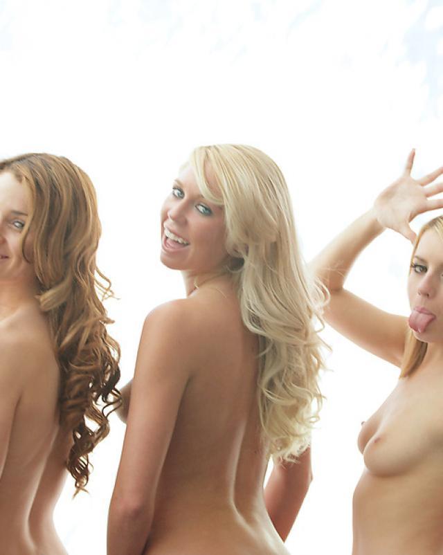Три голые блондинки хвастаются своими  аппетитными попками
