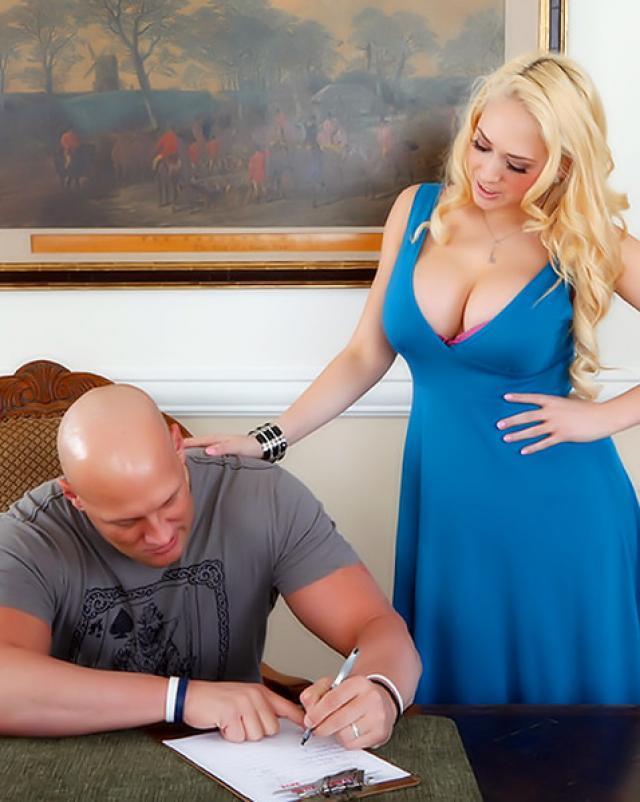 Блондинка с пирсингом вагины совокупляется в позе наездницы