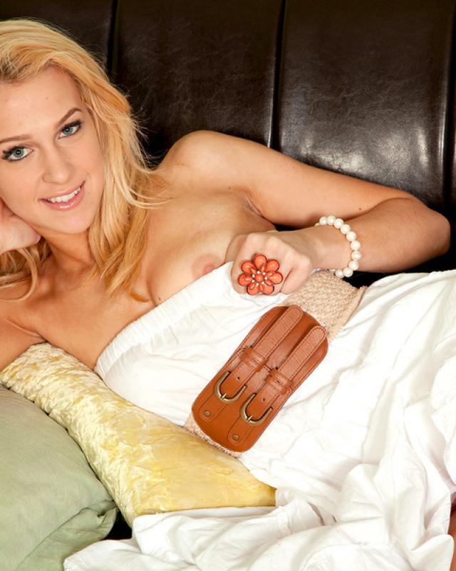 Сладкая блондинка нежно снимает белое платье