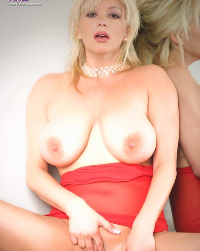 Пышная блондинка ласкает свою письку в секси белье