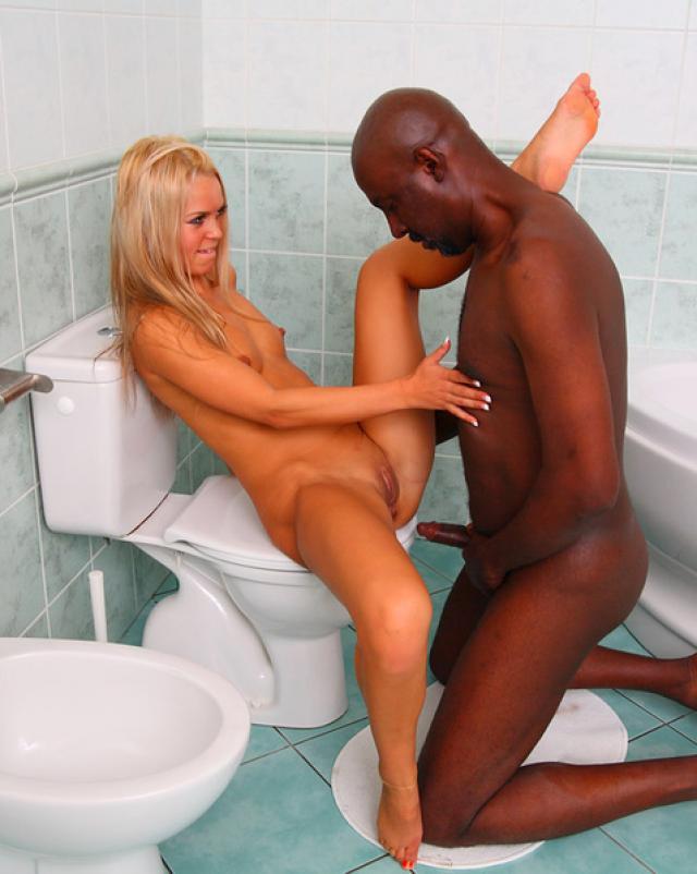 Черный сантехник жарит сексуальную блондинку в ванной