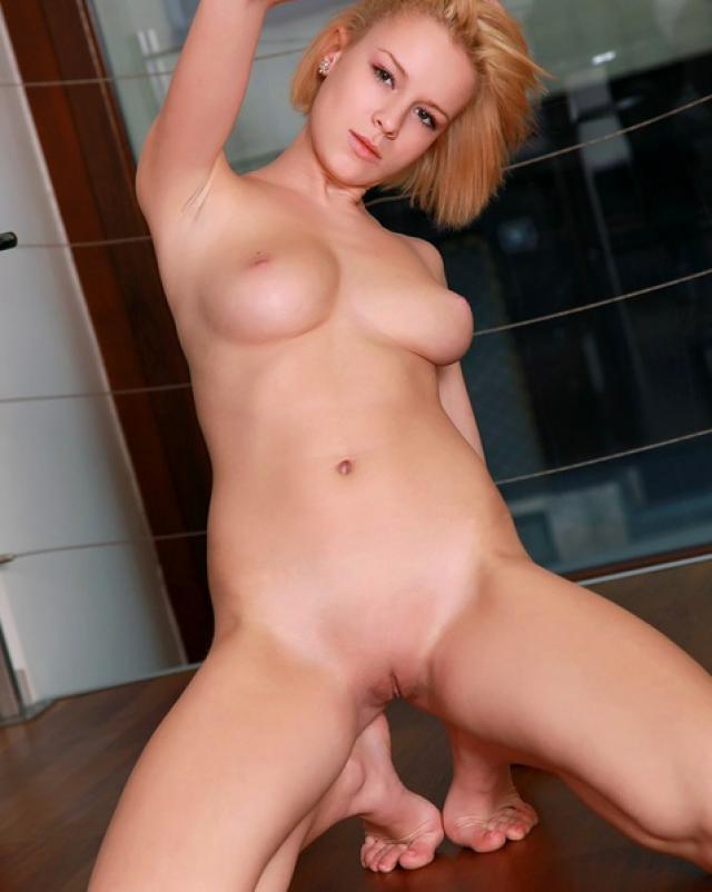 Блондинка с бритой писькой и ее любительская фото сессия