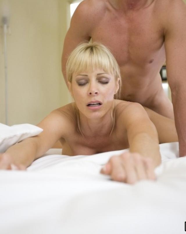 Парень в резинке кончает на грудь блондинки после секса