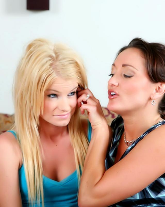 Молодая блондинка делится членом парня со своей подругой