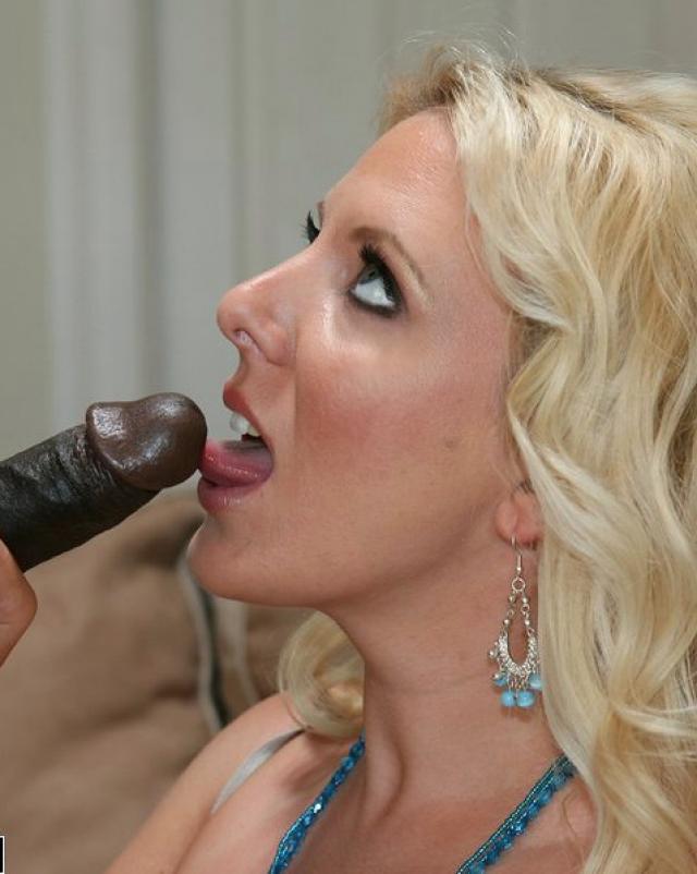 Блондинистая мамка отсасывает у черного курьера