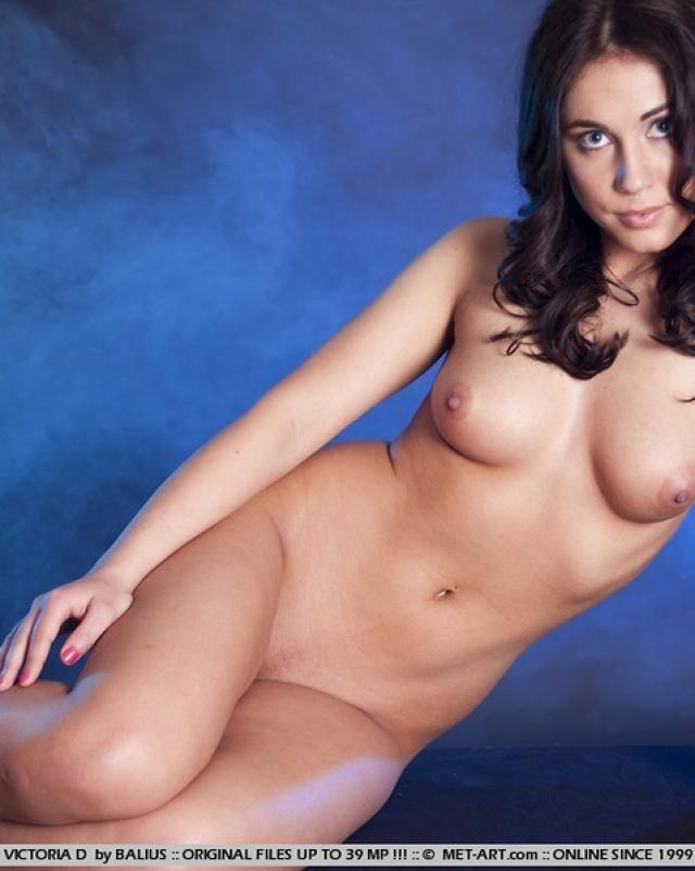 Классная брюнетка показала красивую грудь и попку