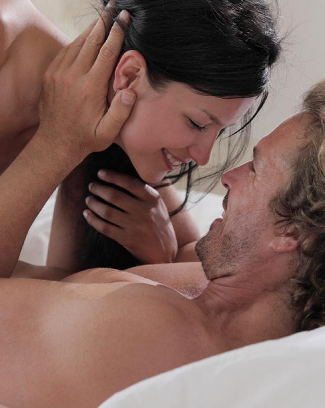 Верная брюнетка встречает супруга красивым сексом