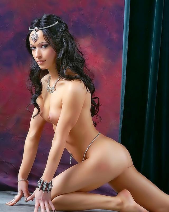 Брюнеточка в роскошных украшениях эротично танцует