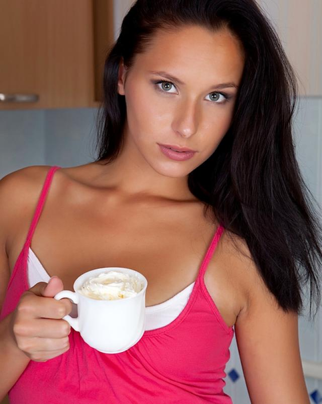 Красивая брюнетка сняла трусики за чашкой кофе