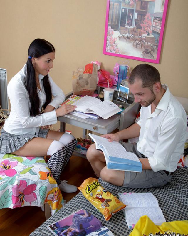 Парень учит девушку первому анальному сексу