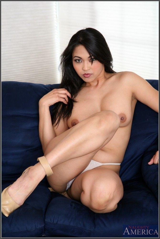Азиатка с пышной грудью жарко мастурбирует в гостиной
