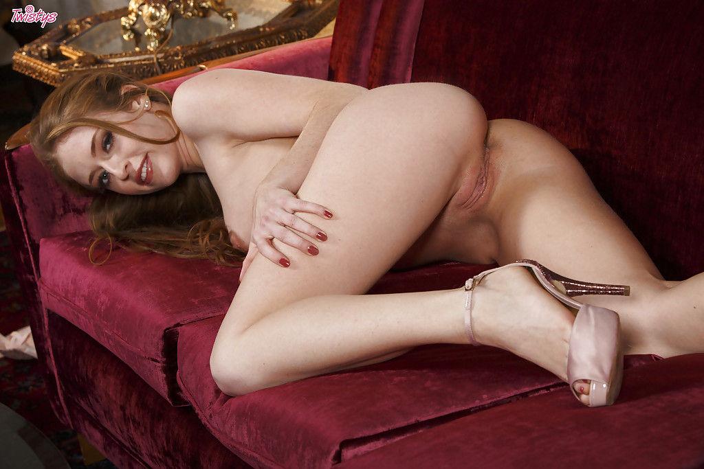 Элегантная девушка мастурбирует влагалище лежа на диване
