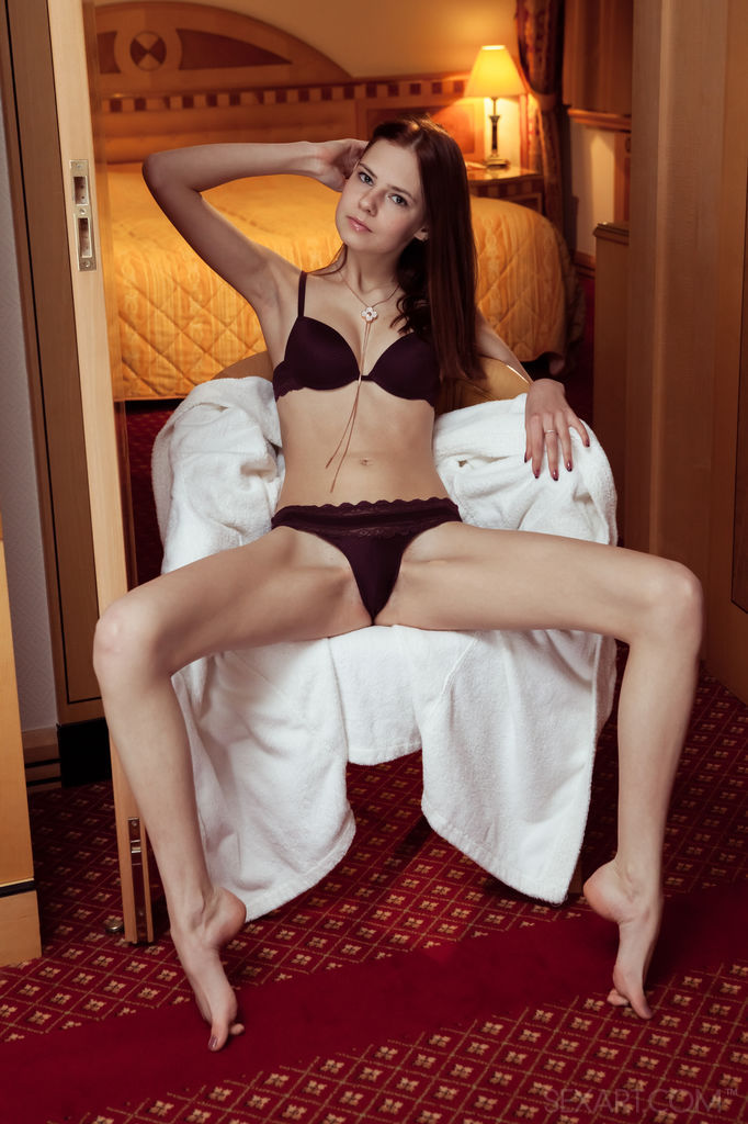 Худая девушка мастурбирует киску после горячего душа