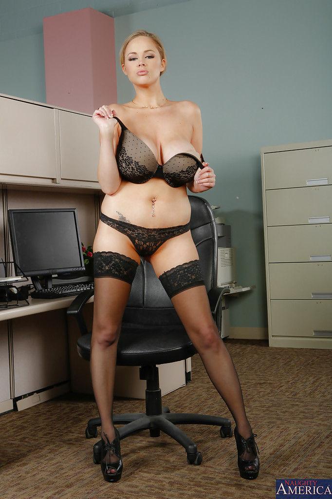 Аппетитная секретарша мастурбирует письку на рабочем месте
