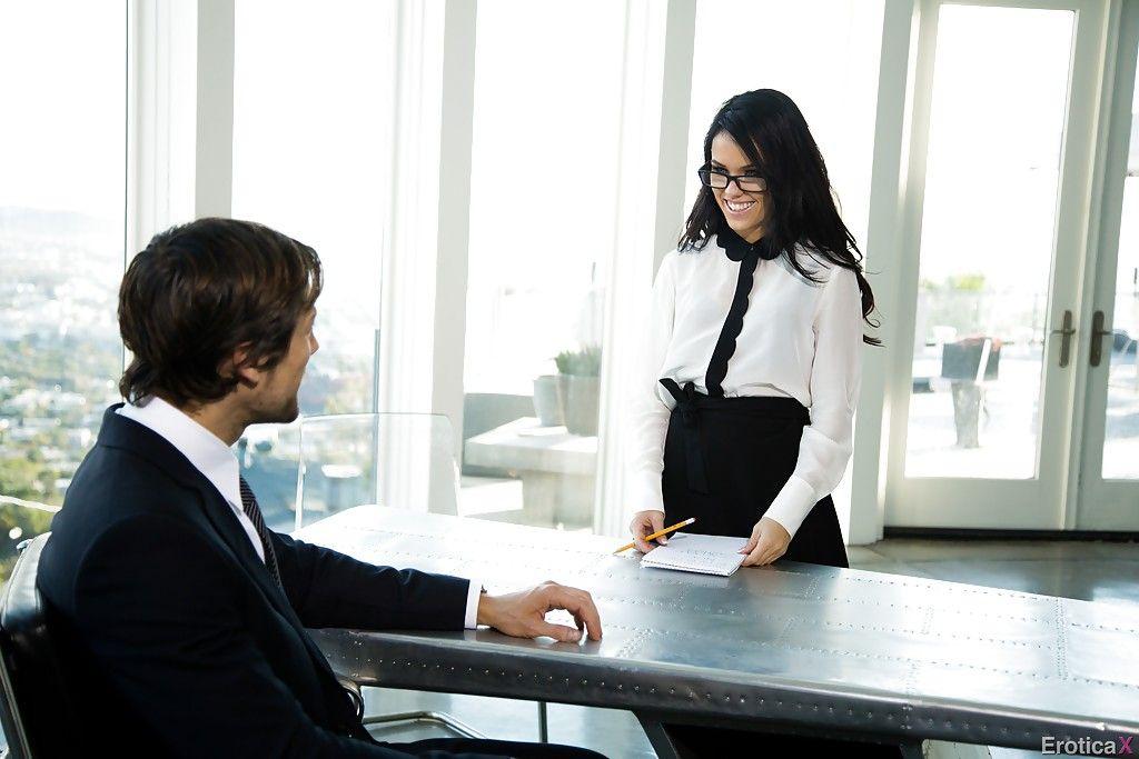 Похотливый босс оттрахал прекрасную секретаршу большим членом