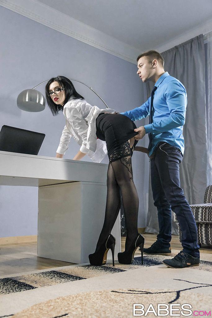 Похотливый начальник трахает очкастую секретаршу в вагину