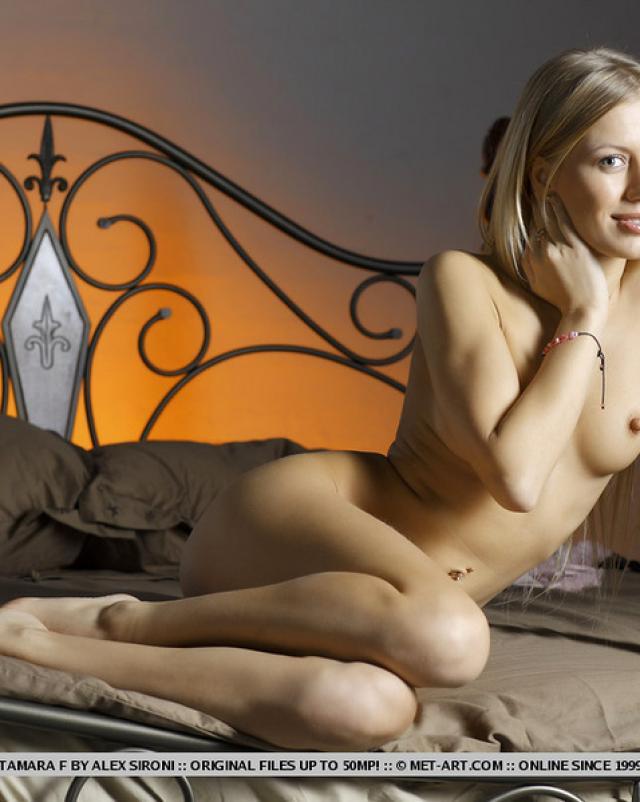 Русская телка с твердыми сосками расслабилась на кроватке