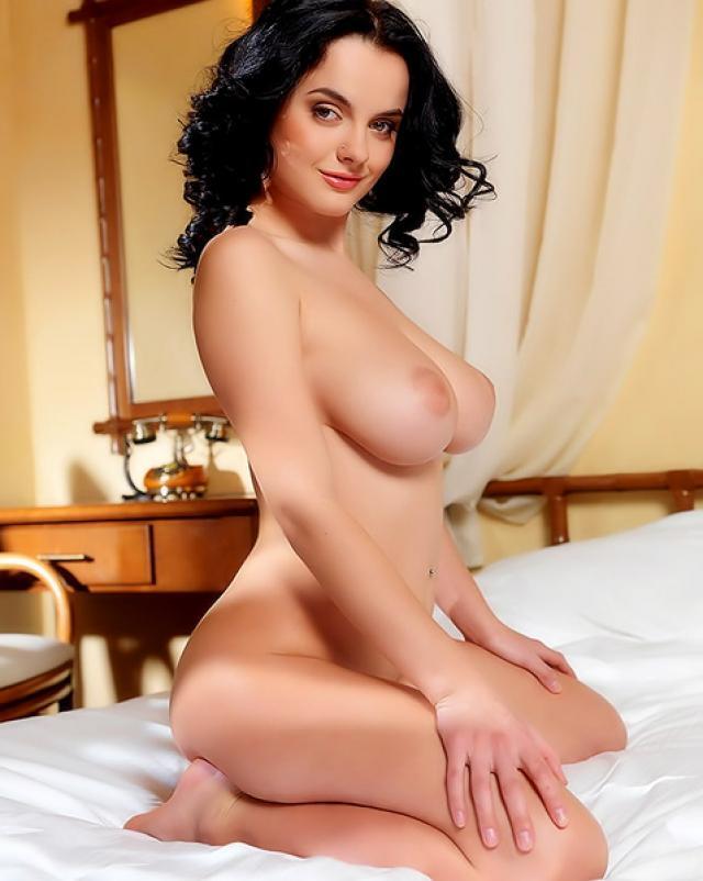 Голая брюнетка изобличает свое сексуальное тело в спальне