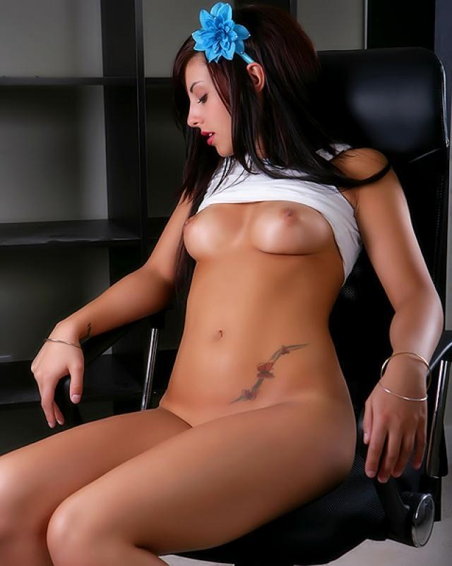 Красивая брюнеточка сексуально раздевается до сисек