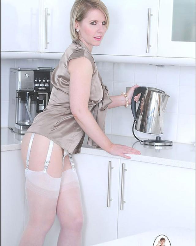 Зрелая блондиночка трется голой задницей о кухонный стол после утреннего кофе