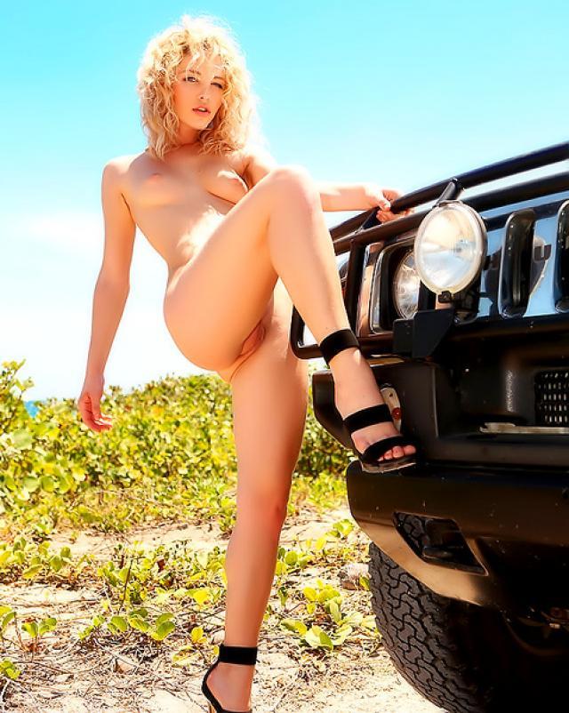 Богатая блондиночка сексуально позирует обнаженной на обочине