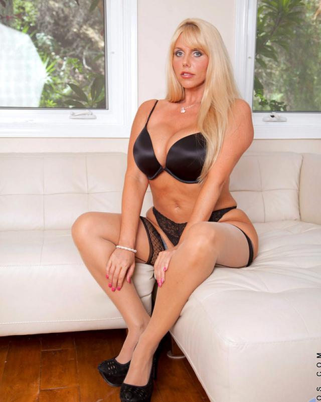 Похотливая мамочка-блондинка мастурбировала писю на диване
