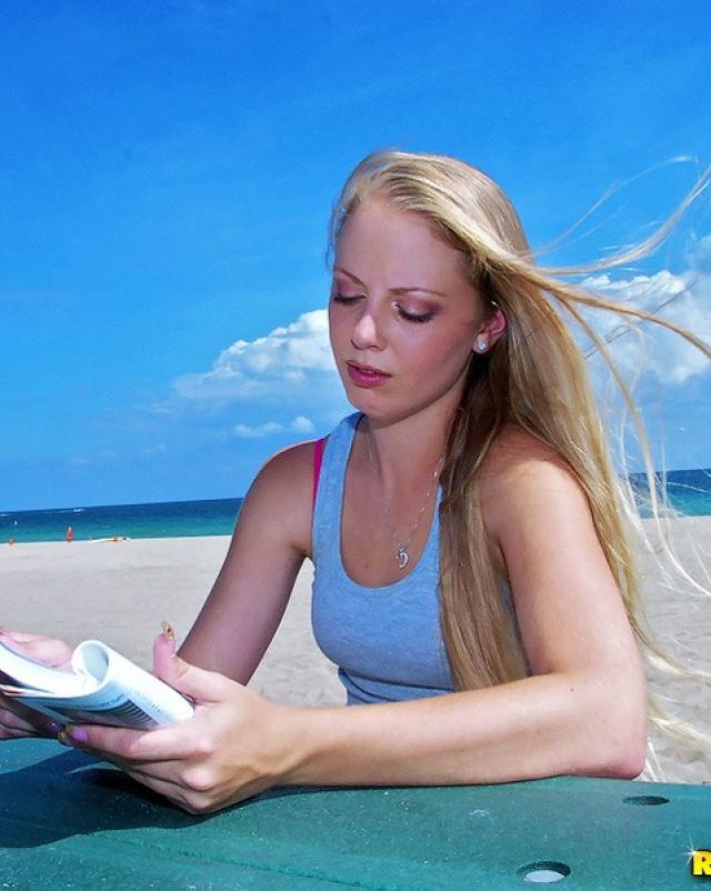 Блондинка с пляжа послушно делала минет для негра