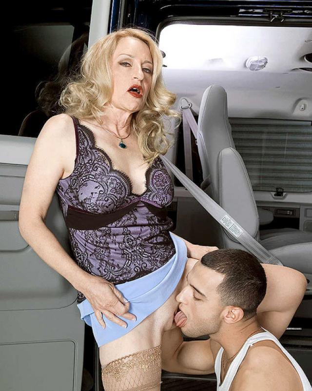 Сексуальный механик делает кунилингус для зрелой богачки