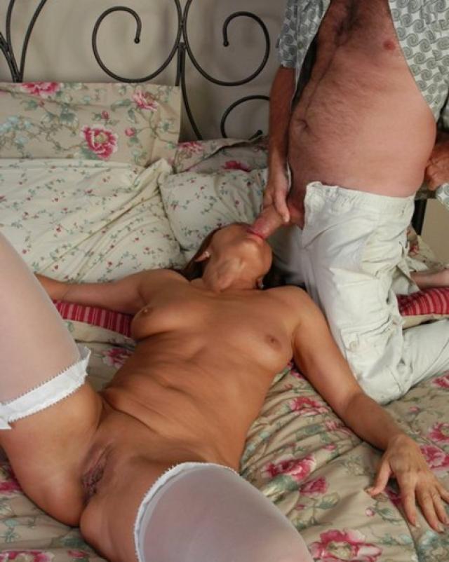 Любовник с хвостиком лижет попу зрелой дамы перед сексом по-собачьи