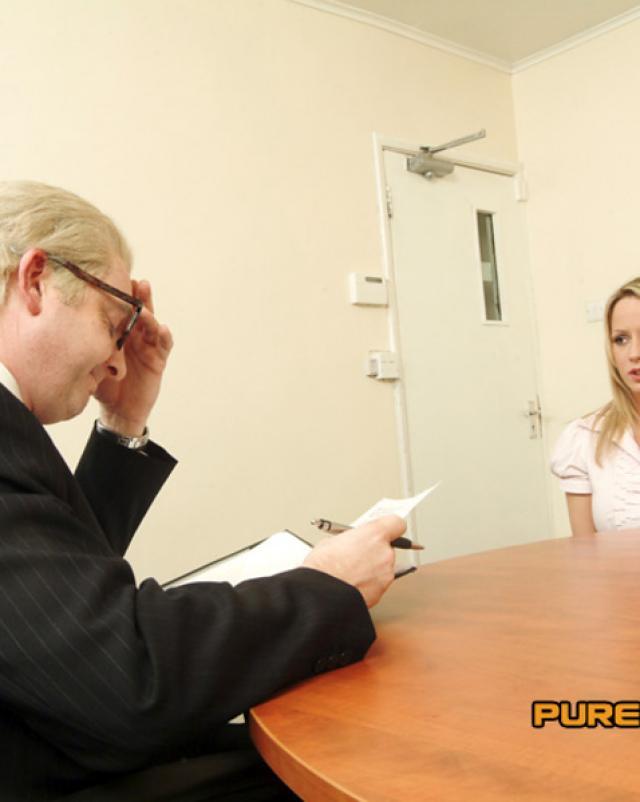 Начальник отдела сделал куни офисным шлюхам в сексе втроем
