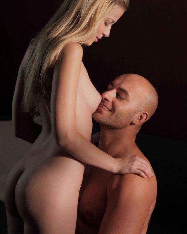 Лысый любовник лижет киску своей молодой девушки