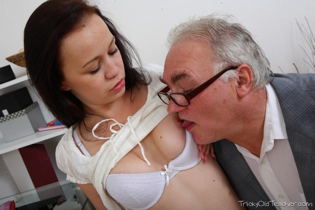 Старый мужик эротично лижет пизду молодой шлюхи