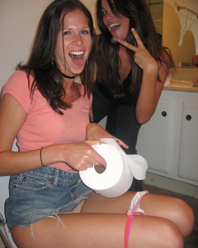 Любительские фотографии девушек в туалетах