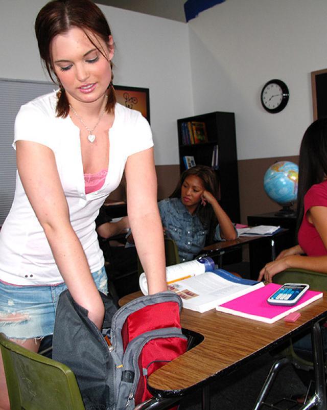 Студентка с косичками отсасывает парню на лекции