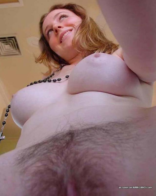 Милая девушка и ее большие сиськи в ванной комнате